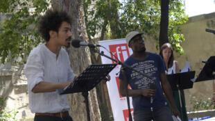 « Kalakuta Dream » de Koffi Kwahule, présenté le 16 juillet lors de la 5e édition des lectures RFI « Ça va, ça va le monde ! » au Festival d'Avignon. Ici avec Thomas Durcudoy, Jérémie Zagba et Fanny Perche.