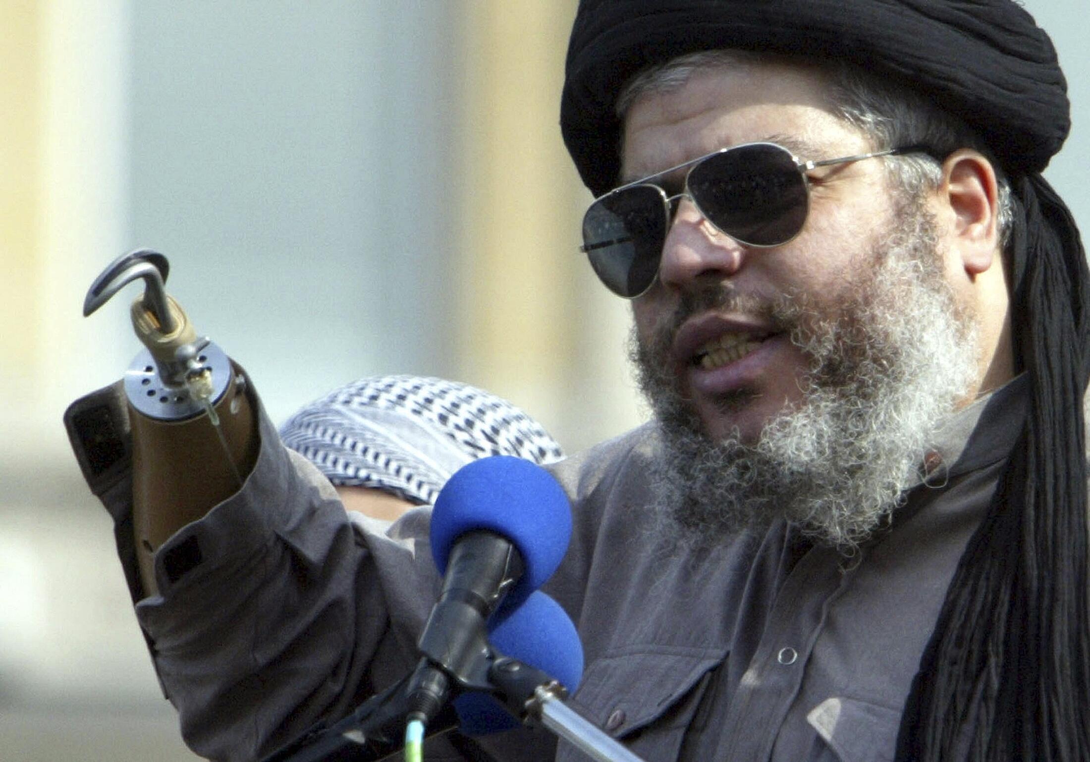 Giáo sĩ Hồi giáo cực đoan Abu Hamza phát biểu trong một cuộc biểu tình của người Hồi giáo tại quảng trường Trafalgar, Luân Đôn ngày 25/08/2012.