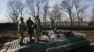 Des soldats ukrainiens non loin de Donetsk, le 11 mars 2015.