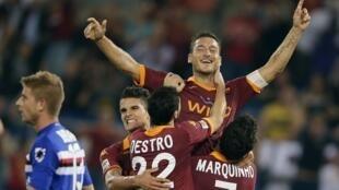 Dan wasan Roma Francesco Totti tare da abokan wasan shi.