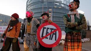 Manifestantes opostos ao CETA junto à sede do Parlamento europeu em Estrasburgo, em França (fotografia de arquivo).