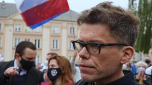 Le juge Igor Tuleya, lors d'une manifestation en son soutien et son discours contre les réformes polonaises de la justice, à Varsovie, le 8 juin 2020.
