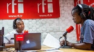 Mtangazaji wa RFI KIswahili Steven Mumbi akifanya Mahojiano na Imani Suleiman Nsamila