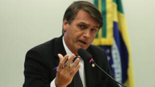 Apesar de estar em segundo lugar nas pesquisas de intenção de voto, Bolsonaro perde pontos devido à ausência de programa social.