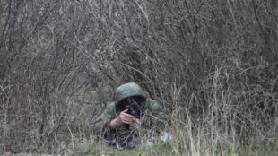 Un soldat russe près de l'aéroport militaire de Belbek, en Crimée, le 4 mars 2014.
