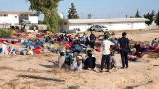 اردوگاه مهاجران و پناهجویانی که هدف بمباران قرار گرفت در نزدیکی طرابلس قرار دارد