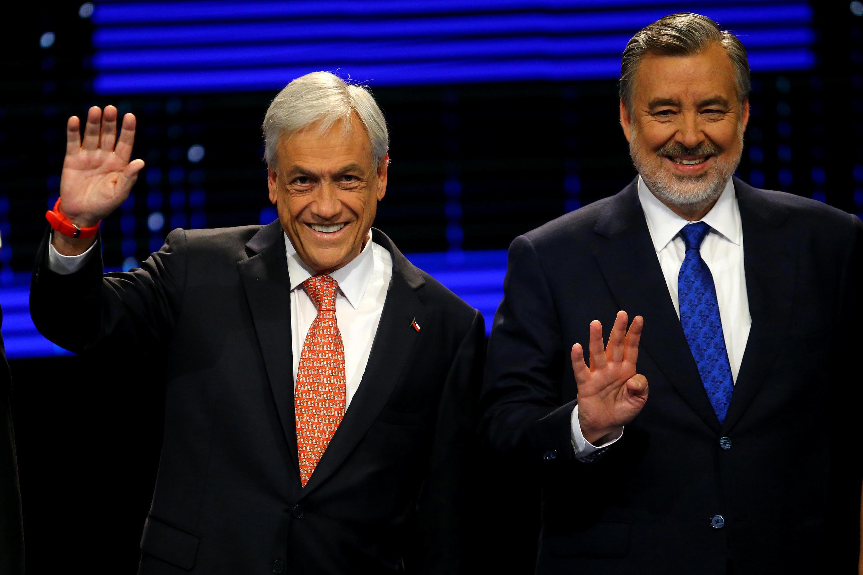 Sebastian Pinera (à g.) et Alejandro Guillier (à dr.) lors d'un débat télévisé le 6 novembre 2017 à Santiago.
