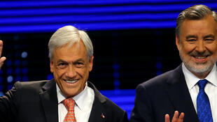 Sebastian Piñera y Alejandro Guillier durante el debate televisado del 6 de noviembre de 2017 en Santiago.