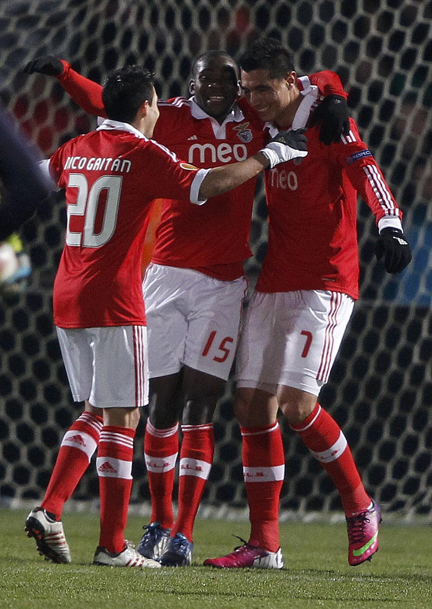 O avançado paraguaio,  Óscar Cardozo, na direita, apontou dois golos frente ao Bordéus no estádio Chaban-Delmas, num jogo a contar para a Liga Europa e que o Benfica venceu por 3-2.