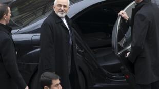 Глава МИД Ирана Мухаммед Джавад Зариф садится в автомобиль после переговоров в Лозанне, 20 марта 2015 г.