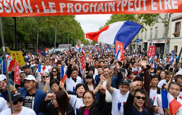 资料图片:2016年8月21日巴黎华人集会示威,抗议频繁遭到暴力袭击。