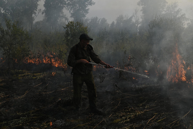 Dans la région d'Omsk, en Russie, un feux de forêt menace un village, le 11 août 2020.
