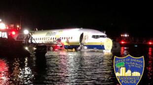 Во Флориде пассажирский Boeing упал в реку при посадке
