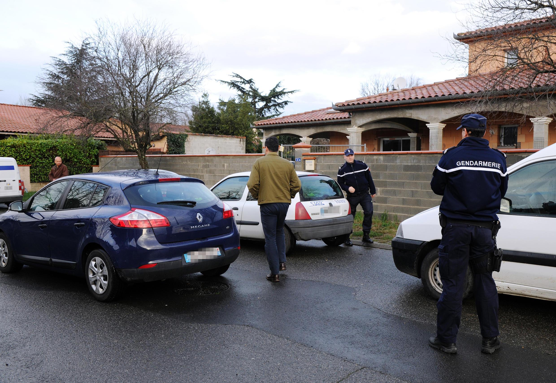 Des gendarmes à Toulouse devant la demeure des parents d'un deux  jeunes partis en Syrie.  28 janvier 2014.