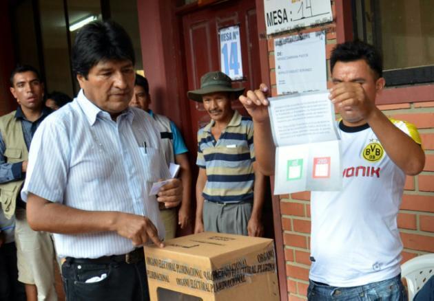 O presidente da Bolívia, Evo Morales (à esq.), em uma cabine de votação.