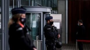 des-policiers-belges-montent-la-garde-a-l-entree-du-palais-de-justice-d-anvers-le-27-novembre-2020_6283900