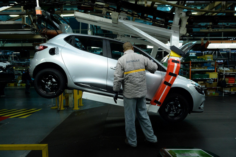 Un ouvrier sur la ligne de production de l'usine Renault-Flins, le 3 février 2017.