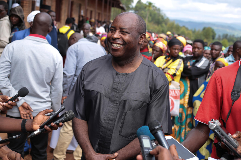 Le président burundais élu Évariste Ndayishimiye lors de son arrivée au bureau de vote le 20 mai 2020 à Gitega, au Burundi.