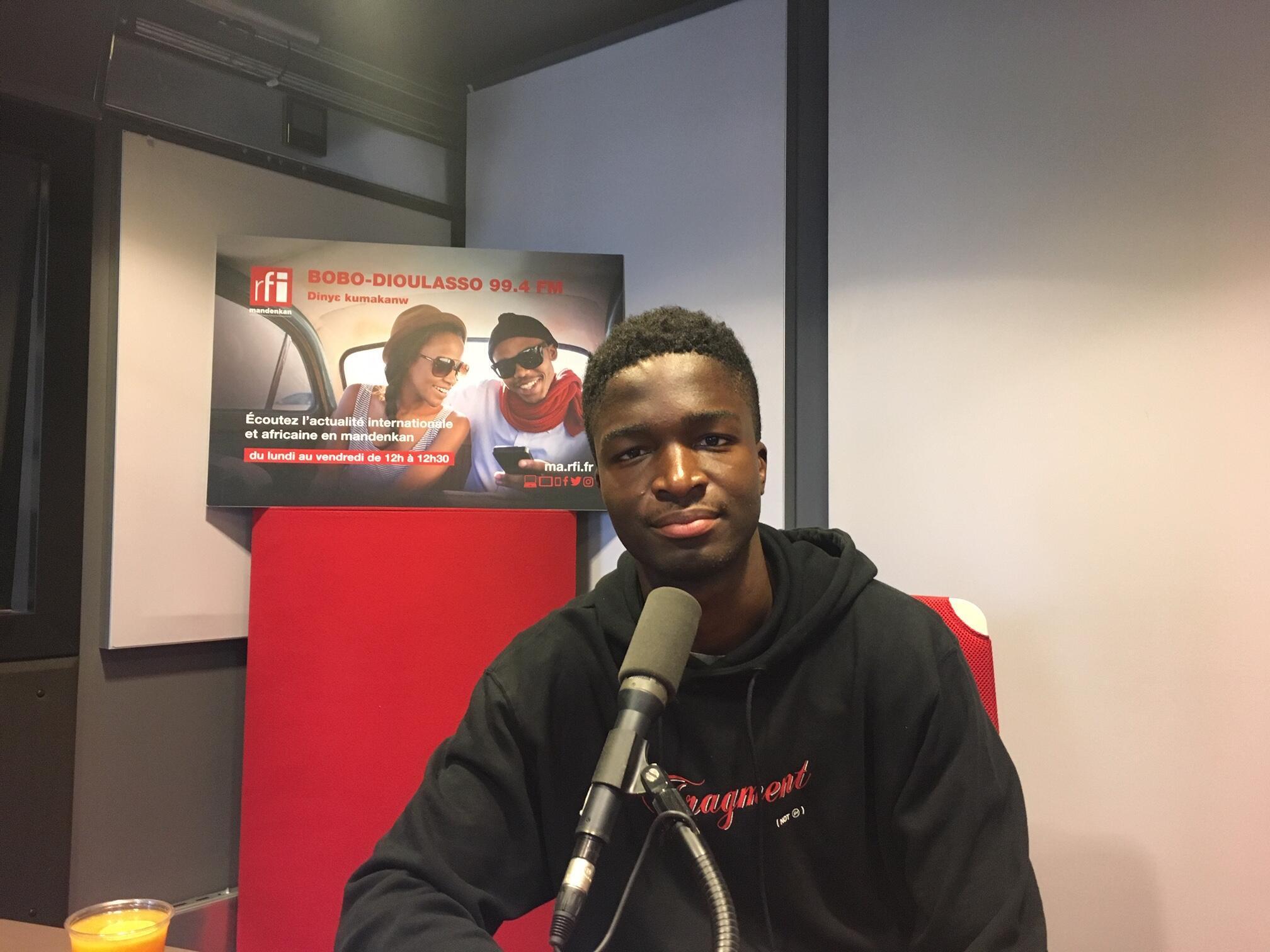 L'acteur Stéphane Bak en studio à RFI.