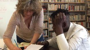 À la bibliothèque municipale Couronnes, les bénévoles de l'association Paris d'exil donnent des cours de français aux mineurs isolés.