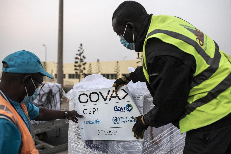 Vacinas da Covax na chegada ao Senegal.