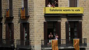 Khẩu hiệu « Catalunya muốn bỏ phiếu» và cờ Catalunya trước một tòa nhà tại trung tâm Barcelona, hôm 23/09/2017.