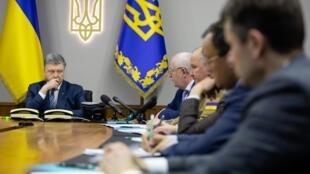 Le président ukrainien Pétro Porochenko participe à une la réunion du conseil de Sécurité à Kiev, après l'invalidation de la nationalisation de PrivatBank, le 18 avril 2018.