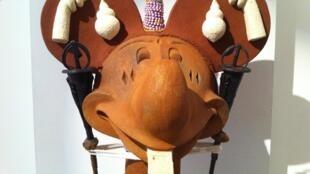 «La Boîte à trésor de Mickey», de l'artiste béninois Euloge Glèglè, exposée à la galerie Vallois Sculptures lors du Parcours des Mondes. Salon international des arts premiers, du 9 au -14 septembre à Paris.