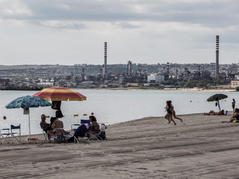 Dans la zone côtière entre Augusta et Syracuse (environ 20 km), la plage de Priolo, d'une longueur d'un peu plus d'1 km, est l'unique lieu où la baignade est autorisée, bien que ce site balnéaire soit encerclé par les industries.