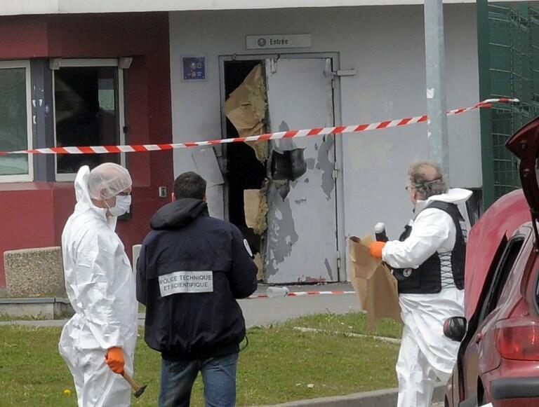 Investigators at Sequedin prison following Faïd's prison break.