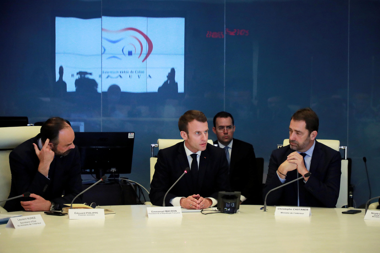 Tổng thống Pháp Emmanuel Macron (G), thủ tướng Edouard Philippe (T) và bộ trưởng Nội Vụ Christophe Castaner (P), trong cuộc họp đối phó với khủng hoảng, Paris, tối ngày 16/03/2019
