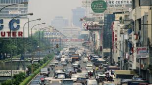 Le trafic routier sur une avenue de Jakarta.