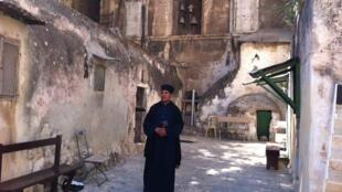Un moine éthiopien vivant sur le toit du Saint-Sépulcre