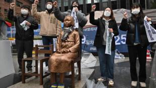 關於慰安婦議題的報道圖片。法新社說,慰安婦議題爭議多年來影響韓國與日本關係。