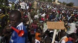 Manifestantes protestam na capital Uagadugu contra a reeleição do presidente Blaise Compaoré.