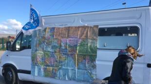 Le camion de Médecins du Monde avec une carte du monde qui permet aux réfugiés de se situer géographiquement et de raconter leur périple.