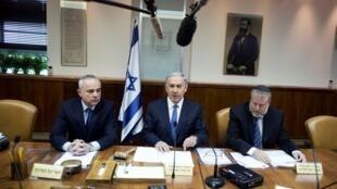 Benjamin Netanyahu em seu escritório, em Jerusalém, neste domingo.