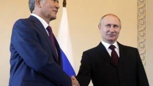 លោកប្រធានាធិបតីរុស្ស៊ីពូទីនជួបជាមួយសមភាគីកៀហ្ស៊ីស៊ីស្ថានលោក Almazbek Atambayev (រូបឆ្វេង)