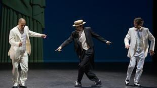 Vestidos con trajes elegantes de los años 20, los bailarines del espactáculo Karioka bailan el choro y la maxixe