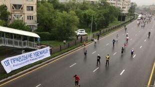За этот плакат Ася Тулесова и Бейбарыс Толымбеков получили 15 ареста
