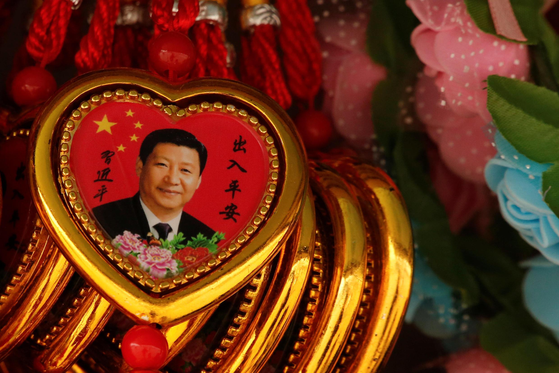 北京街頭貨攤上的習近平紀念章。攝於2018年2月26日