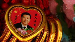 Colares de recordação com retrato do presidente chinês Xi Jinping na Praça Tiananmen em Pequim, China, a 26 de Fevereiro 2018.