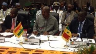Les trois chefs d'Etat (de gauche à droite) Goodluck Jonathan du Nigeria, John Dramani Mahama du Ghana et Macky Sall du Sénégal à Ouagadougou, ce 5 novembre 2014.