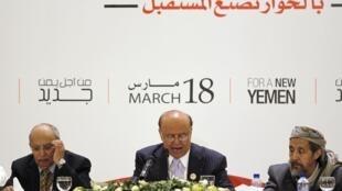 Le président Hadi (centre) entouré des membres participants au dialogue national le 19 mars à Sanaa.
