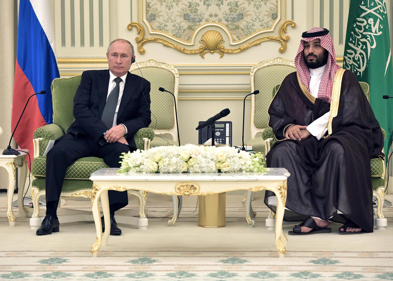 Le président russe Vladimir Poutine reçu par le prince héritier Mohammed ben Salman, le 14 octobre 2019 à Riyad.