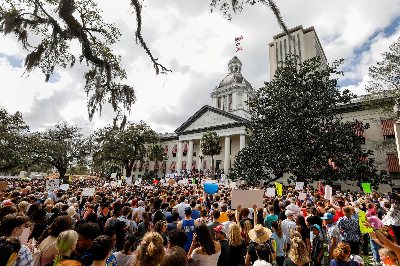 Manifestantes protestam em frente à Casa Branca e exigem medidas para evitar novos massacres em escolas americanas.