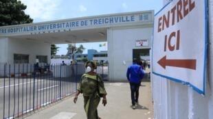 Côte d'Ivoire : à Treichville, devant le Centre hospitalier universitaire, le 12 mars 2020.