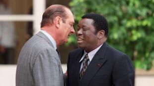 Le président français Jacques Chirac (à gauche) embrasse Gnassingbé Eyadéma, en visite officielle en France, le 11 septembre 1996 au Palais de l'Élysée à Paris.