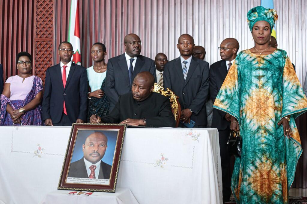Bujumbura, le 13 juin 2020, le président élu Evariste Ndashimiye signe le livre de condoléances ouvert pour son prédécesseur décédé le 8 juin dernier, Pierre Nkurunziza.