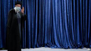 El líder supremo iraní Alí Jamenei el 8 de enero de 2021 llega para dar un discurso en la televisión, en Teherán, la capital del país